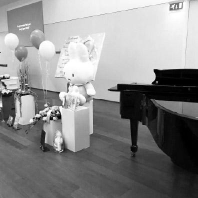 Live zanger tijdens een begrafenis kindje
