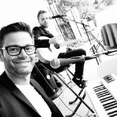 Live zanger en gitarist tijdens receptie