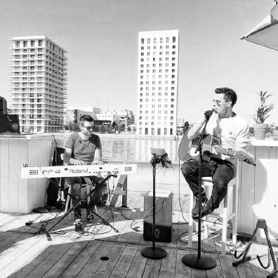 Live zanger tijdens feest op piano en gitaar