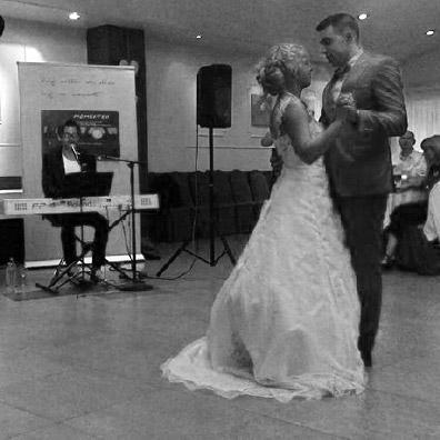 Live zanger tijdens een openingsdans bruiloft