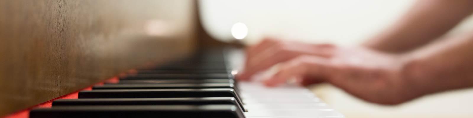 Live muziek door een zanger pianist